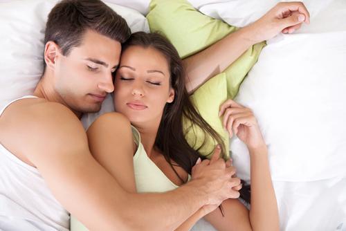 dvojica-v-manzelskej-posteli
